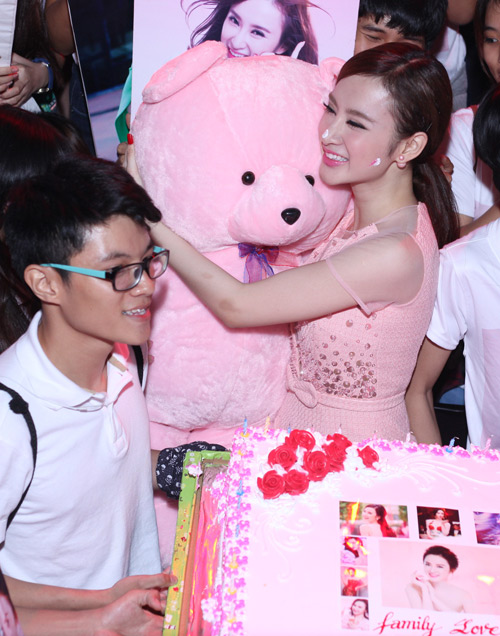 phuong trinh duoc fan to chuc sinh nhat tuoi 20 hinh anh 4