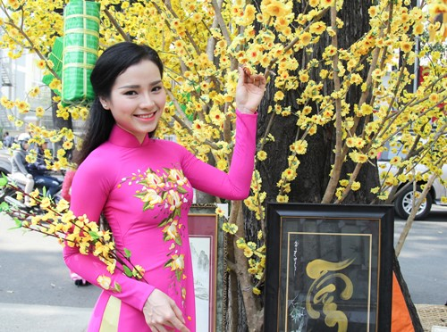 phuong trinh jolie huy show dien, an tet cung gia dinh hinh anh 3
