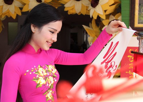 phuong trinh jolie huy show dien, an tet cung gia dinh hinh anh 6