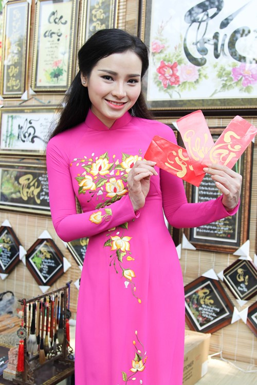 phuong trinh jolie huy show dien, an tet cung gia dinh hinh anh 9