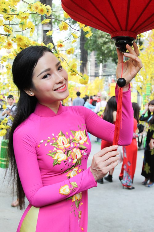 phuong trinh jolie huy show dien, an tet cung gia dinh hinh anh 8