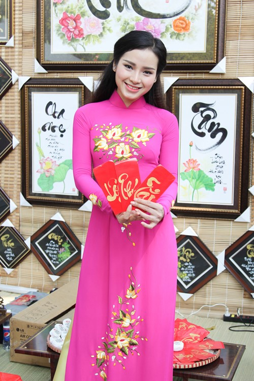 phuong trinh jolie huy show dien, an tet cung gia dinh hinh anh 10