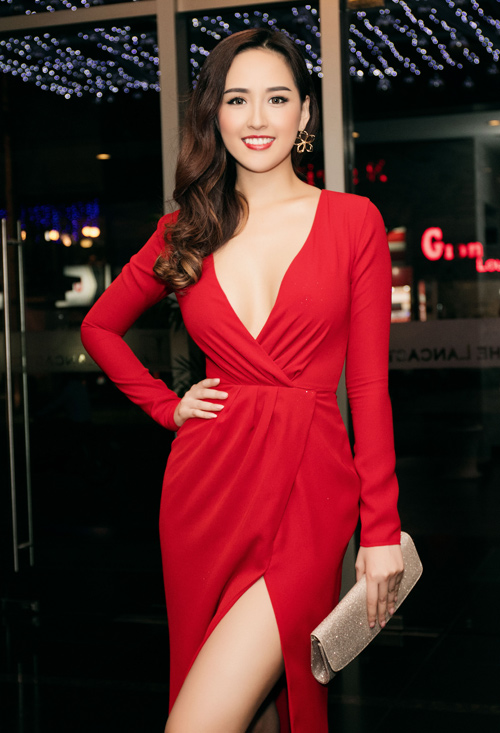 mai phuong thuy khoe vong 1 day dan voi vay khoet sau hinh anh 1