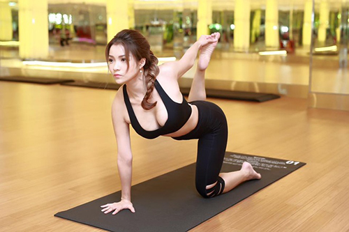 my nhan viet khoe duong cong tuyet my khi tap yoga hinh anh 7