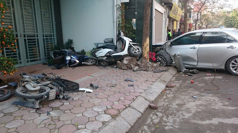 "ha noi: camry ""dien"" tong 3 nguoi chet tham hinh anh 1"