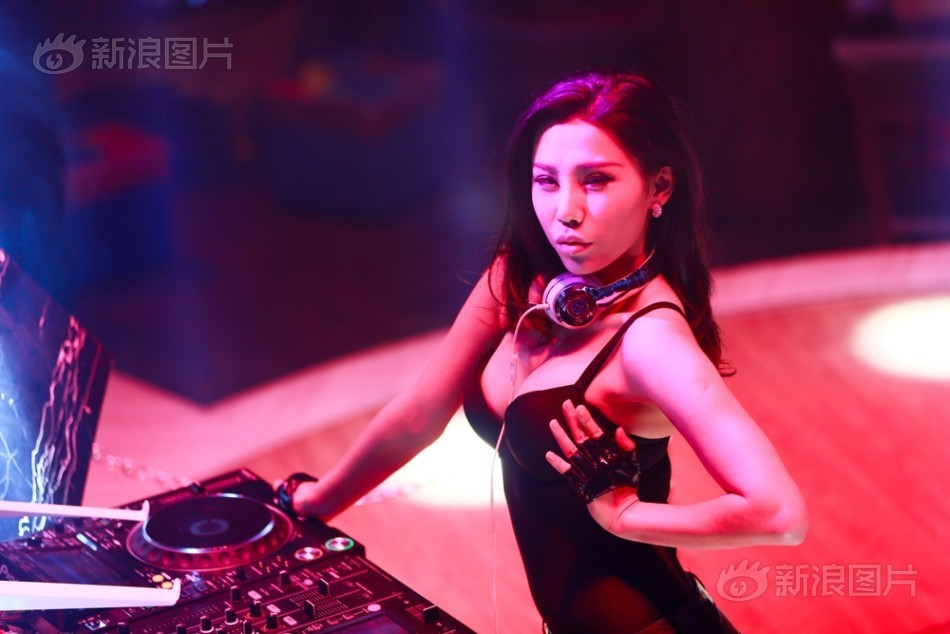 nu dj boc lua he lo 7 nam lam o quan bar day cam do hinh anh 3