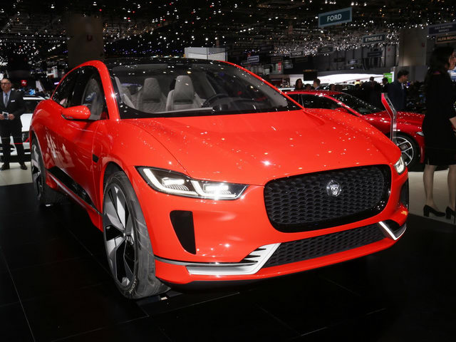 "jaguar i-pace ""thach thuc"" truc tiep tesla model x hinh anh 1"