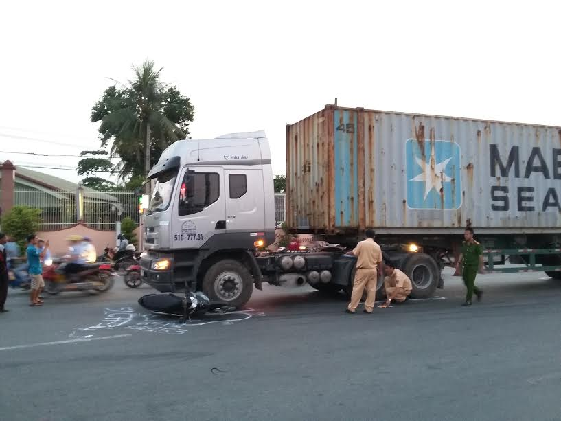 va cham voi xe container, cu ong bi can nat tay chan hinh anh 1