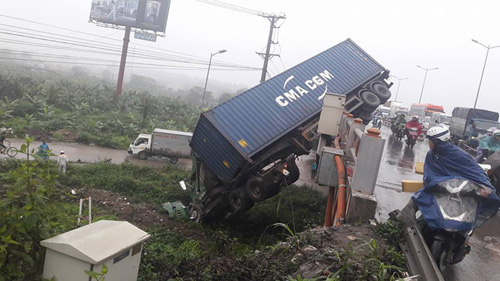 hn: tranh va cham giao thong, container treo lo lung tren cau thanh tri hinh anh 1