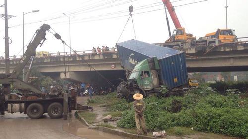 hn: tranh va cham giao thong, container treo lo lung tren cau thanh tri hinh anh 4
