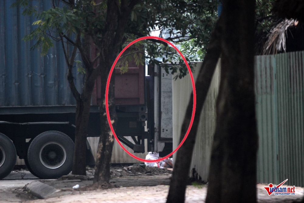 xe container ngay dem cay nat via he ha noi hinh anh 2
