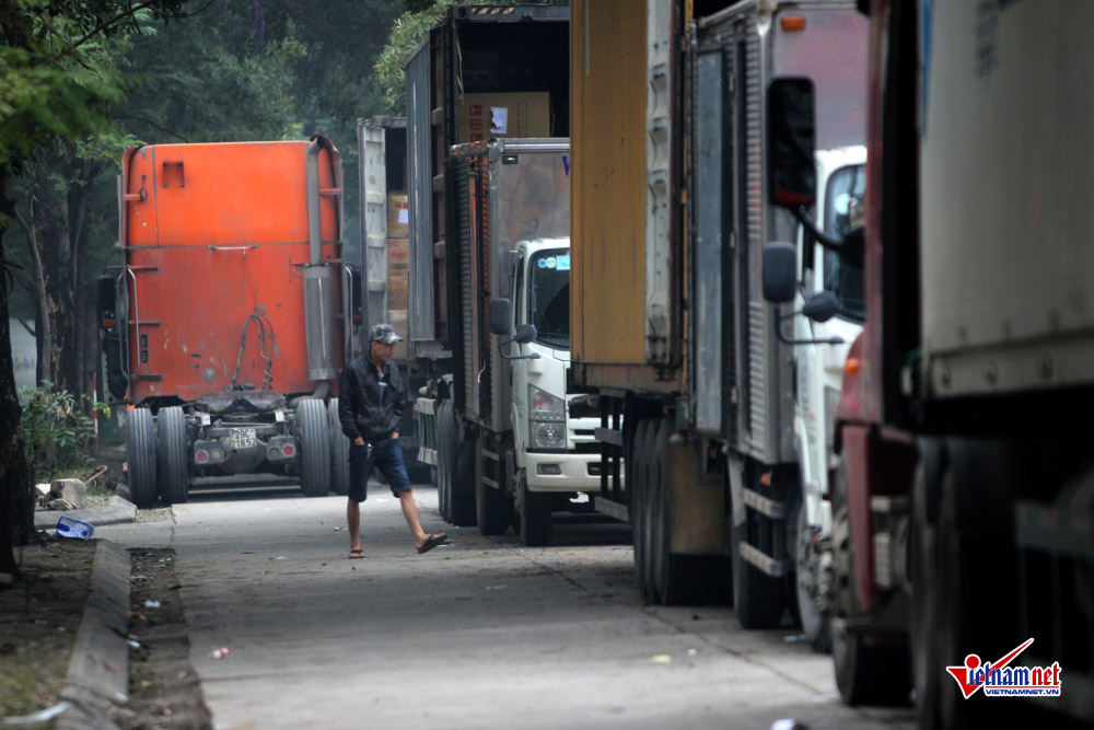 xe container ngay dem cay nat via he ha noi hinh anh 1