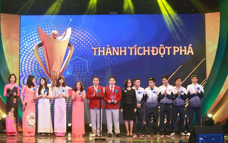 hlv mai duc chung lai bat ngo duoc vinh danh cup chien thang 2017 hinh anh 5