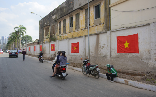 anh: duong pho ha noi ruc do co to quoc truoc tran chung ket u23 vn hinh anh 8