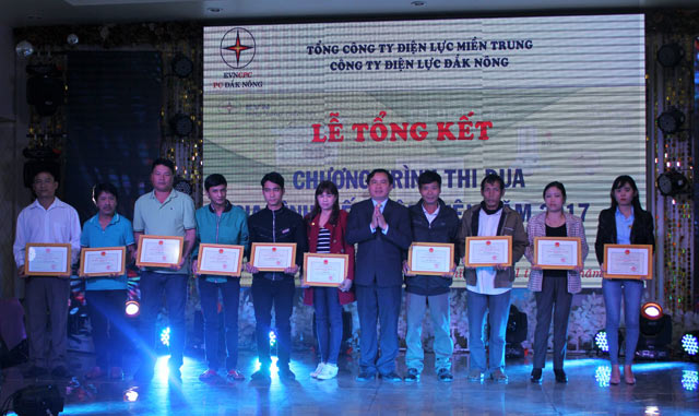 cong ty dien luc dak nong trao thuong cho cac ho gia dinh tiet kiem dien nam 2017 hinh anh 1