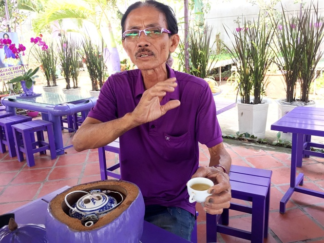 lao nong 70 tuoi thich trong hoa kieng mau tim, thu tien ty hinh anh 1
