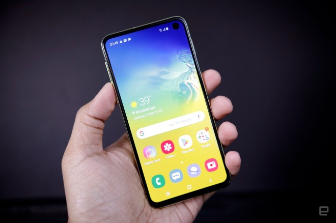 samsung galaxy s10e dep the nay, iphone xr con e dai hinh anh 7