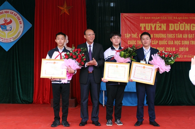 xuat sac: 2 hoc sinh lop 9 che thanh cong may lam sach day ao, dam hinh anh 1
