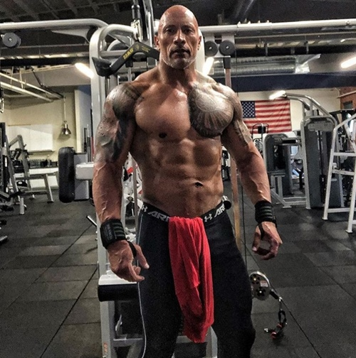 """nguoi hung"" the rock an 5 kg thit/ngay, deo xich sat de co than hinh khung long hinh anh 1"