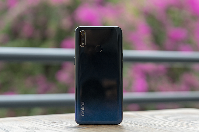 can canh chiec smartphone realme 3 voi man hinh giot suong hinh anh 1