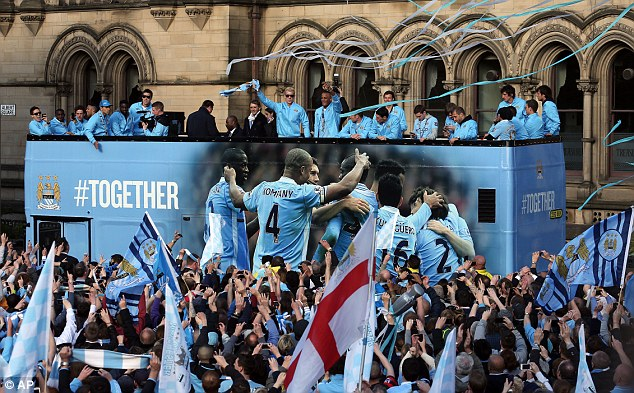 man city ruoc cup vo dich vong quanh manchester hinh anh 4