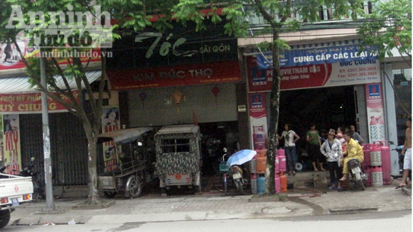 ro ga, lao am am xe... ba gac vao nha de doi no hinh anh 1
