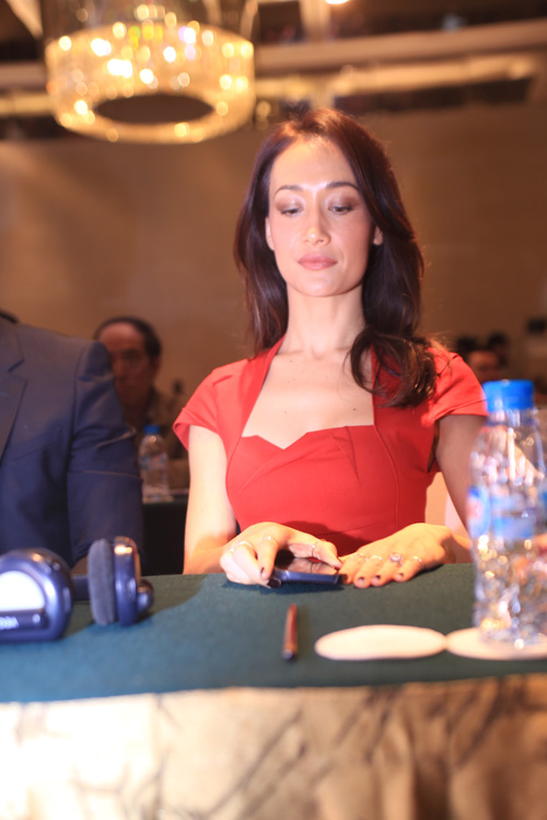 maggie q ngan le khi nghe thanh bui hat hinh anh 6