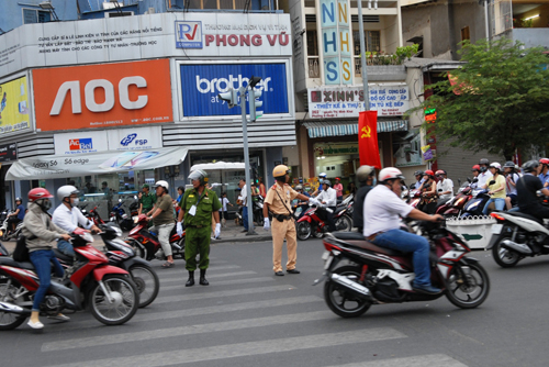 co lap hoan toan trung tam tp.hcm trong le mit-tinh 30.4 hinh anh 1