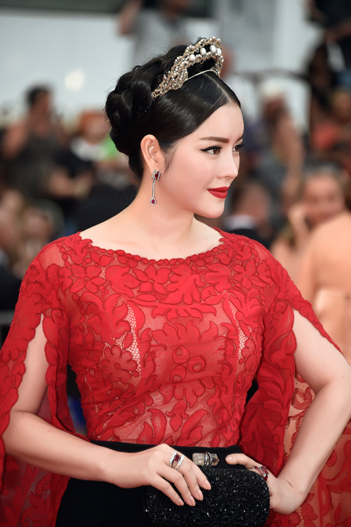 "ly nha ky dien vay ""trong suot"" tren tham do cannes hinh anh 7"
