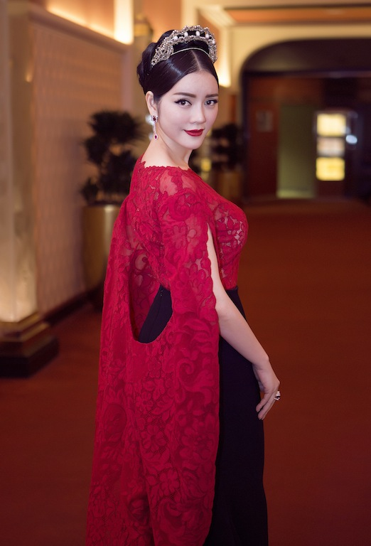 "ly nha ky dien vay ""trong suot"" tren tham do cannes hinh anh 11"