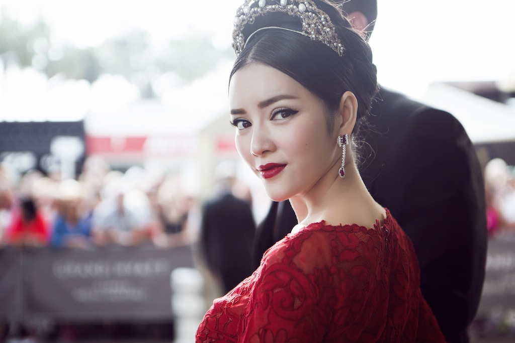 "ly nha ky dien vay ""trong suot"" tren tham do cannes hinh anh 12"