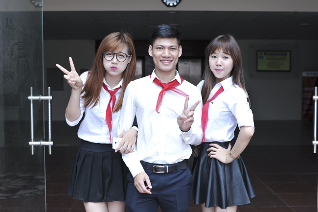 nu sinh phuong dong deo khan quang do tro lai thoi hoc sinh hinh anh 1