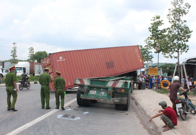 3 container tong lien hoan, duong huyet mach ach tac nhieu gio hinh anh 2