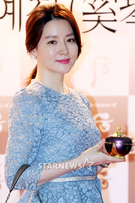 44 tuoi, lee young ae van tre trung nhu thieu nu hinh anh 4