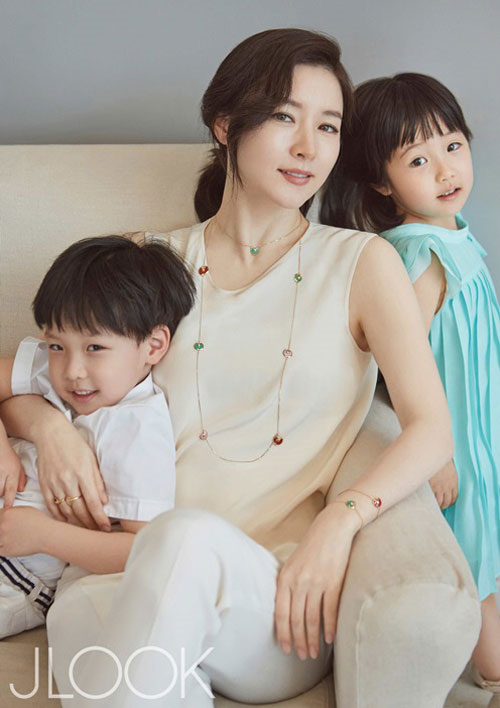 44 tuoi, lee young ae van tre trung nhu thieu nu hinh anh 6
