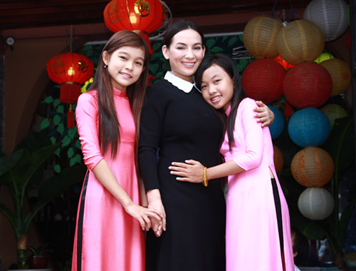 phi nhung nhan nuoi co be ngheo the voice kids hinh anh 3