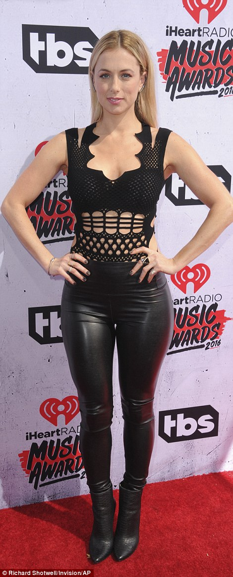 taylor swift mac dep nhat le trao giai iheartradio 2016 hinh anh 10