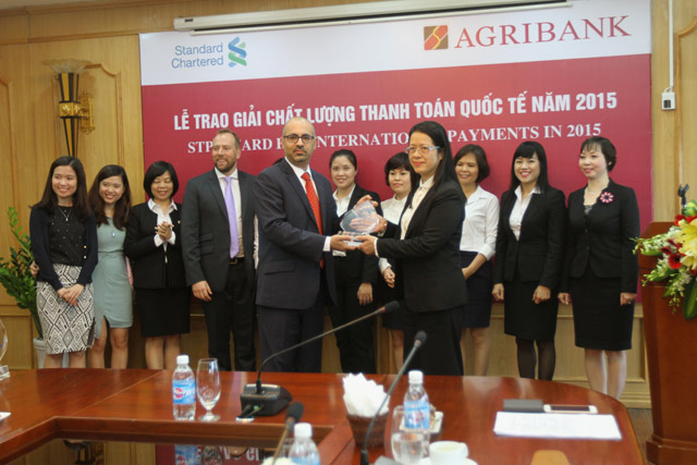 agribank nhan giai thuong chat luong thanh toan quoc te nam 2015tu standard chartered bank hinh anh 1