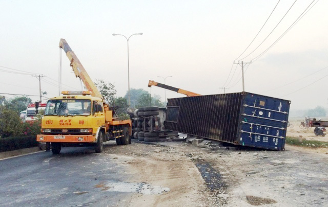 tphcm: tai xe ngu gat, container chan ngang quoc lo 22 hinh anh 2