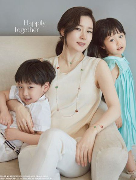 "fan ""phat sot"" voi loat anh cua 3 me con lee young ae hinh anh 13"