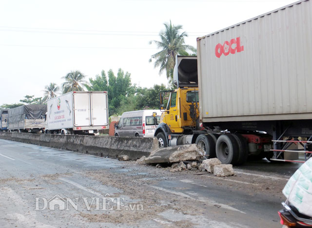 "container ""cuoi"" dai phan cach, quoc lo 1a tac 4km hinh anh 1"