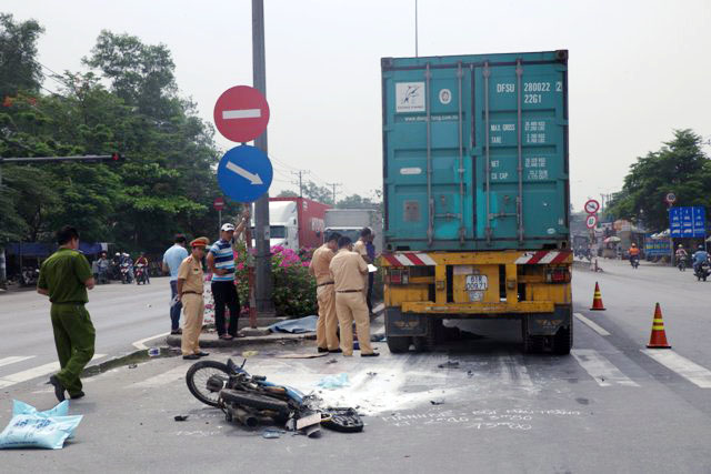 thuong tam, hai anh em ho tu vong duoi banh container hinh anh 1