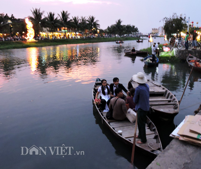 lung linh anh long den trong dem pho hoi hinh anh 2