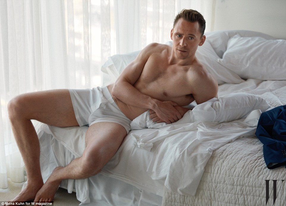 "tom hiddleston ""khoe than"", canh tranh vai james bond hinh anh 1"