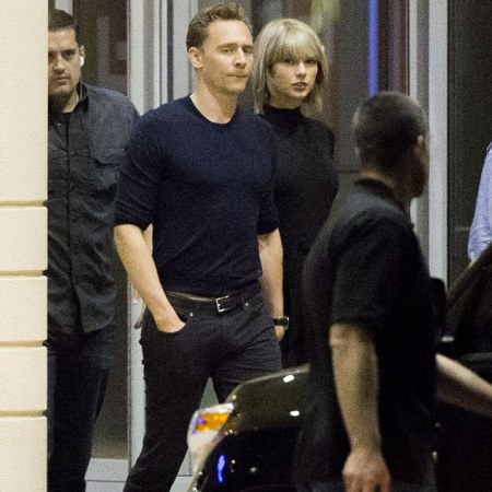 taylor swift va tom hiddleston ra mat cha me hai ben hinh anh 2