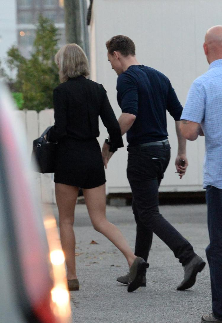 taylor swift va tom hiddleston ra mat cha me hai ben hinh anh 7
