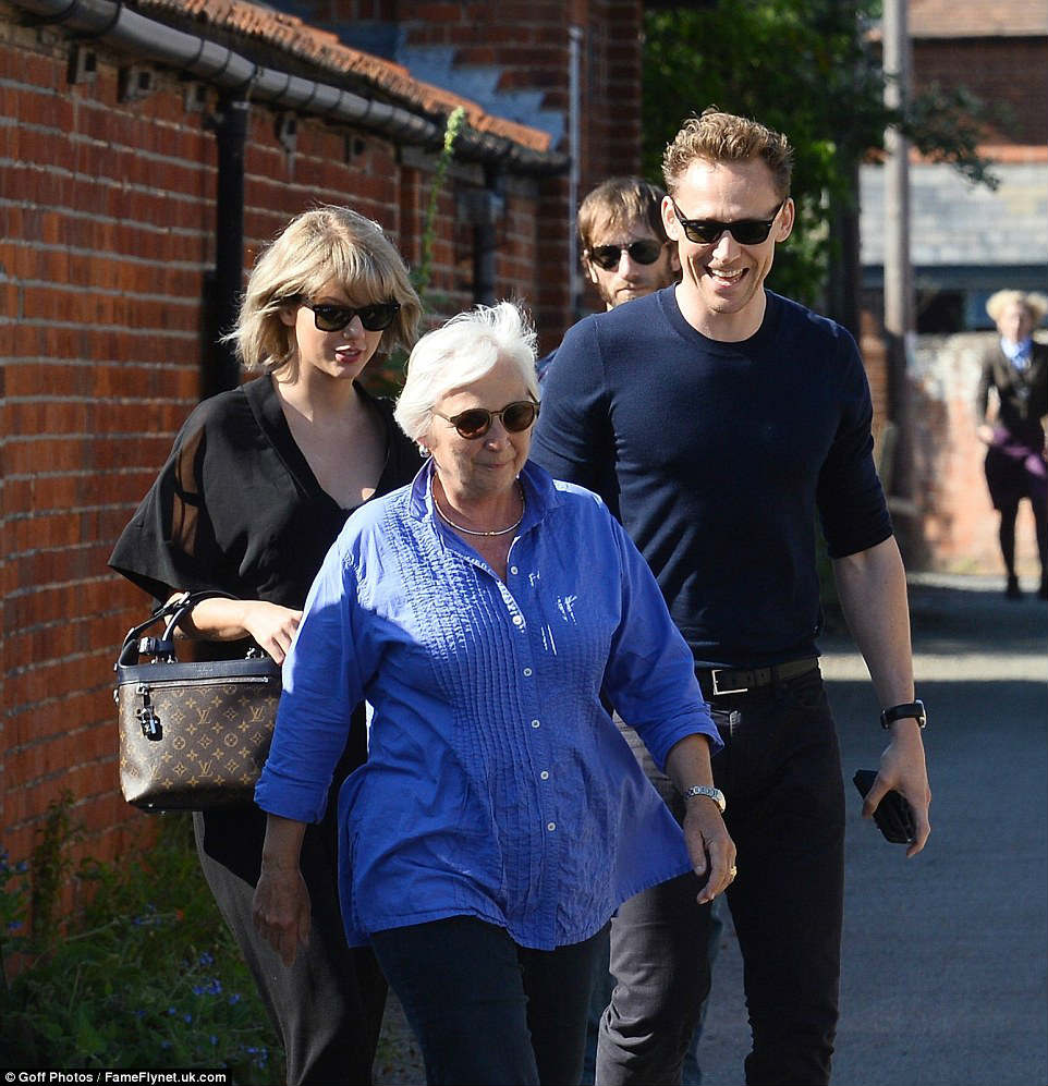 taylor swift va tom hiddleston ra mat cha me hai ben hinh anh 11