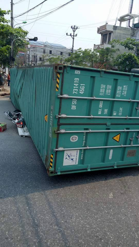 xe container de bep dum o to, 2 nguoi tu vong hinh anh 1