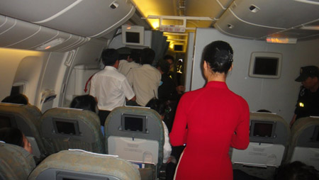khach vietnam airlines to bi hanh hung tren may bay hinh anh 1