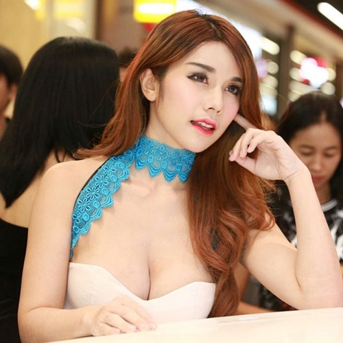 hot girl ban do an vat doi doi nho than hinh nong bong hinh anh 1